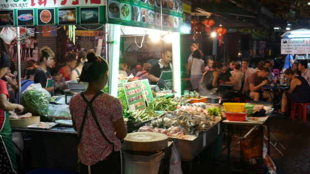 stockvideo's en b-roll-footage met dinning in china stad van bangkok - thai food