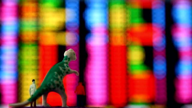 dinosaurie och män docka ser börsen monitor - tyrannosaurus rex bildbanksvideor och videomaterial från bakom kulisserna