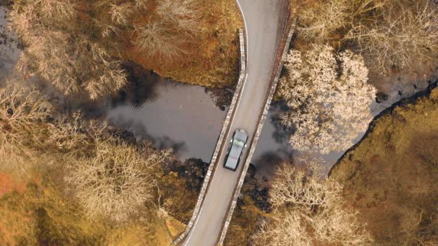 vídeos de stock e filmes b-roll de directly above a bridge road in the scottish highlands - reto descrição física