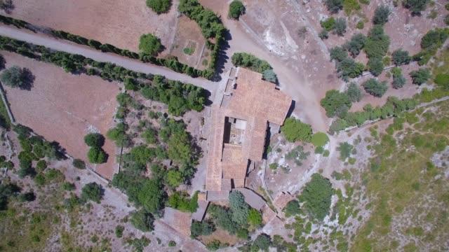direkt ovanför flygfoto över eremitaget ermita de betlem i bergen i artà (serra artana eller massís d'artà) balearerna mallorca / spanien - pilgrimsfärd bildbanksvideor och videomaterial från bakom kulisserna