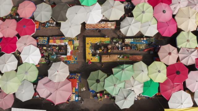 direttamente sopra la vista di un mercato di strada - souk video stock e b–roll