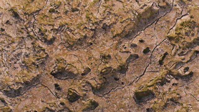 direkt über dem blick auf die krustenlandoberfläche in island - aerial overview soil stock-videos und b-roll-filmmaterial