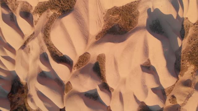 stockvideo's en b-roll-footage met direct boven het uitzicht op natuurlijke rotsformaties in cappadocië, turkije - geologie