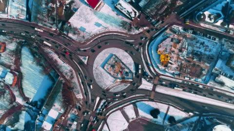 vídeos y material grabado en eventos de stock de directamente sobre la vista de la rotonda con tráfico en la ciudad de invierno cubierto de nieve - rusia