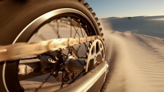 vidéos et rushes de vélo de saleté sur des dunes de sable - moto sport