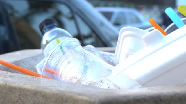 dirt plastic tableware in the bin - łyżka sztućce filmów i materiałów b-roll