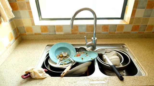 vídeos y material grabado en eventos de stock de platos sucios en la cocina - desordenado