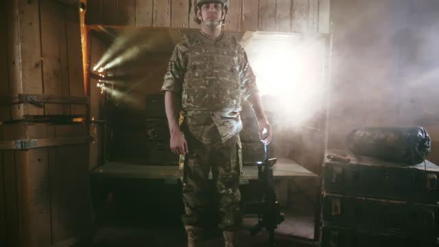 vidéos et rushes de personne handicapée. soldat de sexe masculin handicapé. un américain handicapé. prothétique. - armement