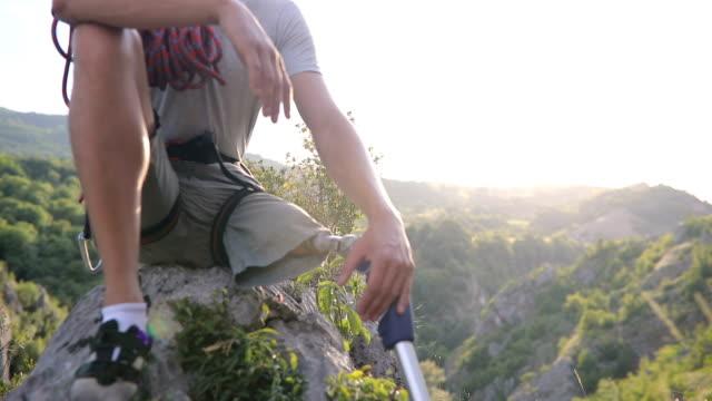 behinderung kerl kletterer entspannend - felsklettern stock-videos und b-roll-filmmaterial