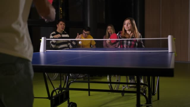 ピンポンゲーム中に障害のあるプレイヤー - disabilitycollection点の映像素材/bロール