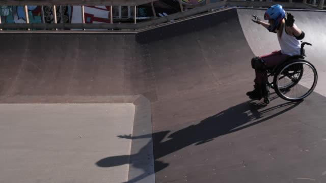 funktionshindrade kvinna i rullstol gör stunts i skate park - skatepark bildbanksvideor och videomaterial från bakom kulisserna