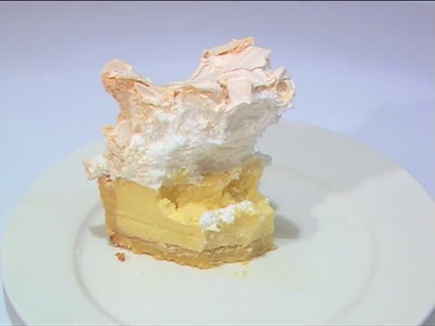 disappearing sztuka cytrynowe ciasto bezowe - nadziewany placek filmów i materiałów b-roll