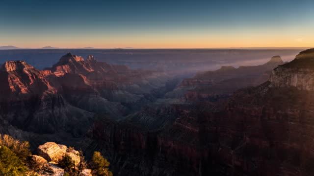 verschwindende sonnenlicht am grand canyon - zeitraffer - grand canyon stock-videos und b-roll-filmmaterial