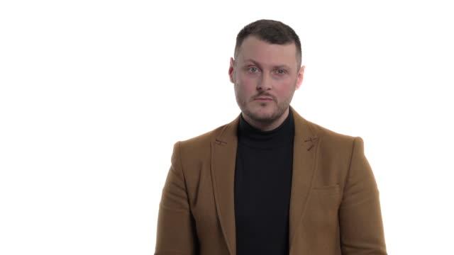stockvideo's en b-roll-footage met teleurgestelde zakenman die negatieve emoties uitdrukt. negatieve gezichtsuitdrukking. lichaamstaal en gebaren concept. portret schot, geïsoleerd, op witte achtergrond - men blazer