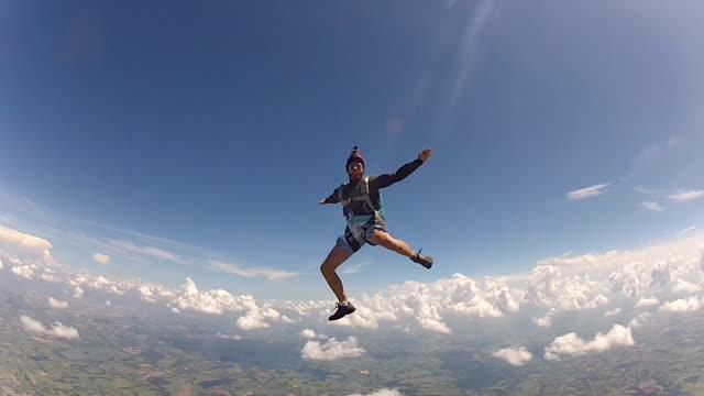 disastrous parachutist having fun - скайдайвинг стоковые видео и кадры b-roll