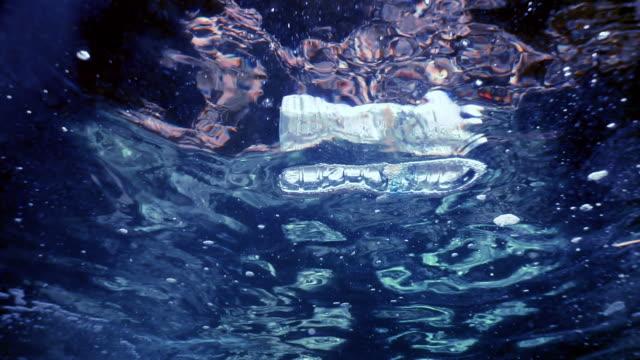 Ausrangierte Plastikwasserflasche verschmutzt das Meer – Video