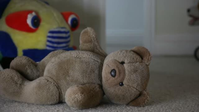 vídeos de stock e filmes b-roll de eliminado urso de pelúcia, quarto de criança e homem caminha. - teddy bear