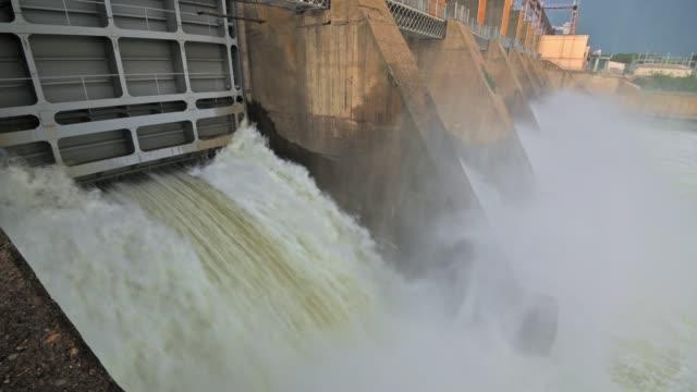 vídeos y material grabado en eventos de stock de descarga de agua de la presa de la central hidroeléctrica - generadores