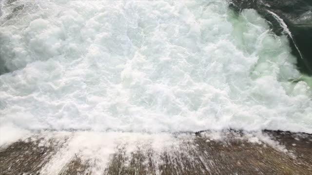 vidéos et rushes de décharge dans un barrage de l'eau - abaisser