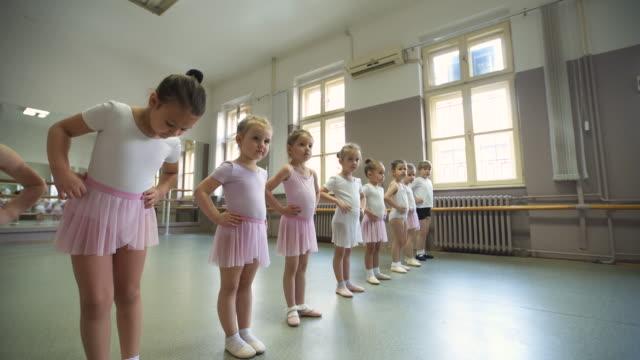 classe disciplinata di giovani ballerine - scarpette per danza classica video stock e b–roll