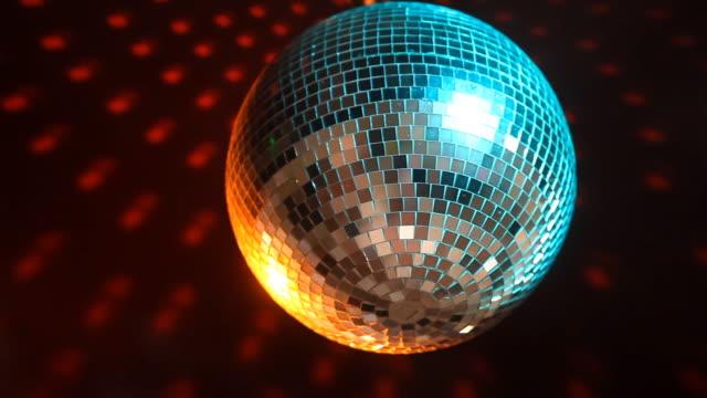 disco ball - halbnahe einstellung stock-videos und b-roll-filmmaterial