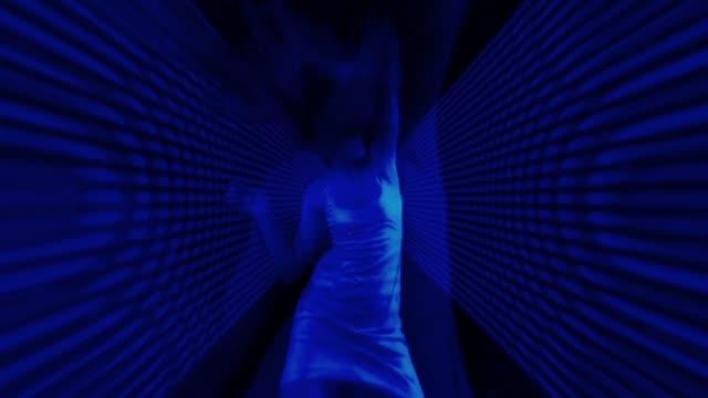 vídeos de stock, filmes e b-roll de disco menina - clubbing