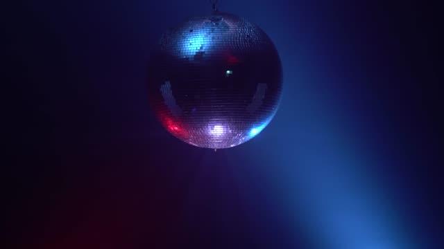 3d disco mirror ball återspeglar färgglada lampor i rök - dansbana bildbanksvideor och videomaterial från bakom kulisserna
