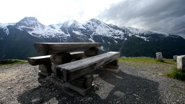 stockvideo's en b-roll-footage met ontdek in de alpen - camera kantelt tot toon de mooie berg in italië - zermatt