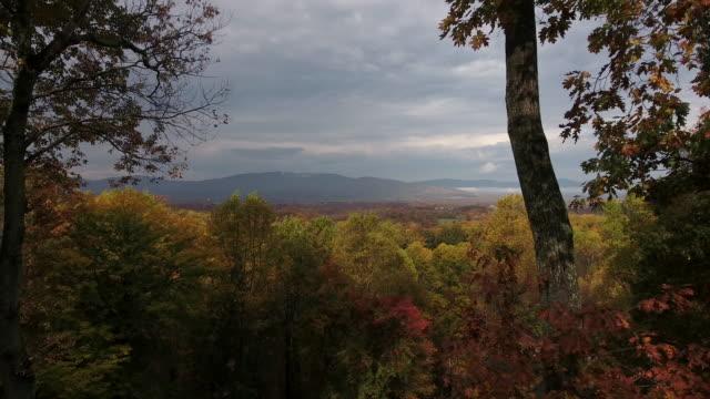 scoperta la valle d'autunno - monti appalachi video stock e b–roll