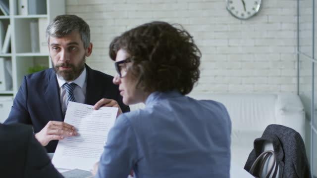 vidéos et rushes de discuter d'un accord futur avec les clients - expliquer