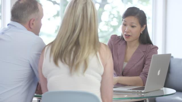 vídeos y material grabado en eventos de stock de hablar de finanzas personales - hipotecas y préstamos