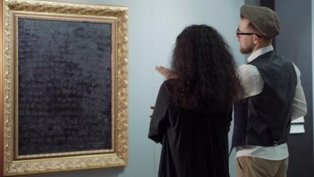 現代美術の作品について話し合う - 美術館点の映像素材/bロール