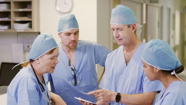vidéos et rushes de discuter de la marche à suivre pour leurs patients - chirurgien