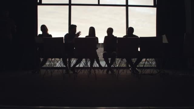 vidéos et rushes de discuter de ce qui est le mieux pour les affaires - personne non reconnaissable