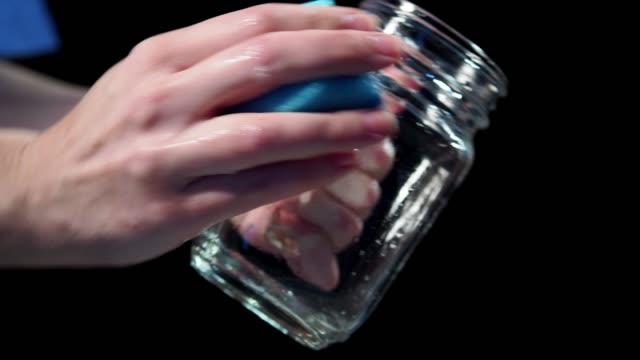 maträtt tvätt - konserveringsburk bildbanksvideor och videomaterial från bakom kulisserna