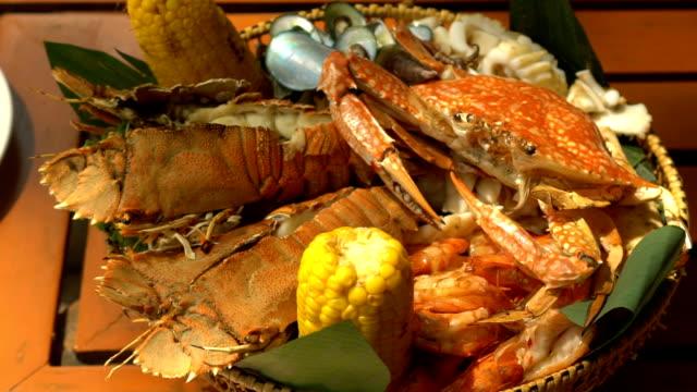 mat rätt med skaldjur rotera på trä bord i restaurangen. mat bakgrund - fisk och skaldjur bildbanksvideor och videomaterial från bakom kulisserna