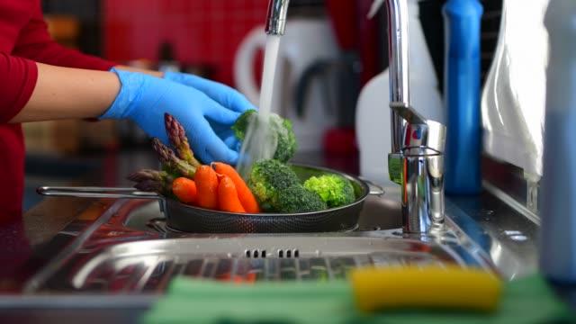 covid-19 코로나바이러스 중 식료품 소독 - 식초 스톡 비디오 및 b-롤 화면