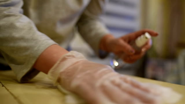 vídeos de stock, filmes e b-roll de desinfecção de superfícies na casa - higiene