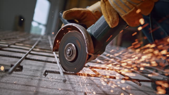 vídeos de stock e filmes b-roll de slo mo disk of the angle grinder causing sparks to fly into the air - moedor