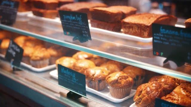 Exhibición de tortas gratis grano en café - vídeo