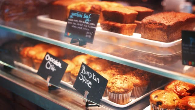 vídeos de stock, filmes e b-roll de exibição de grão bolos grátis na loja de café - sem glúten
