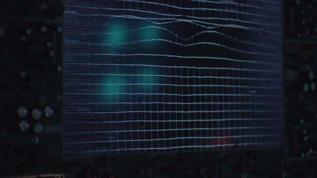 暗い科学部屋で音の振動のデモを表示します。 - クラシファイド広告点の映像素材/bロール