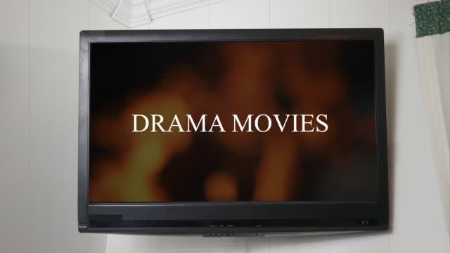 en tv som visar meddelandet drama filmer - illavarslande bildbanksvideor och videomaterial från bakom kulisserna