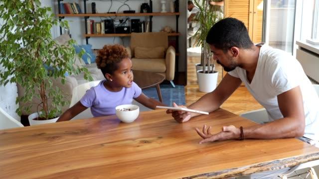 unzufrieden kind essen morgens mit vater - streiten stock-videos und b-roll-filmmaterial