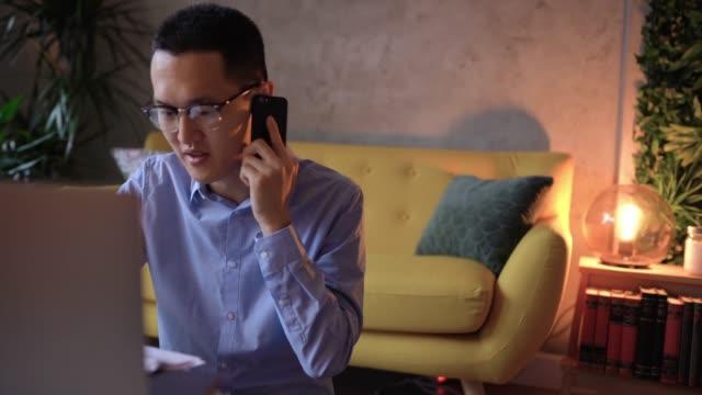 不快日本人男性は、オンラインで手形を払って顧客サービスに話しています - オペレーター 日本人点の映像素材/bロール