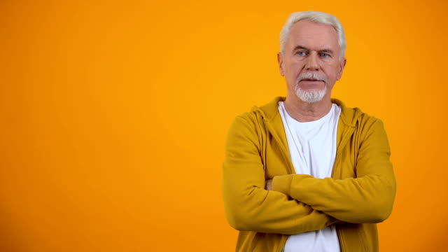 missnöjd pensionär med vikta armar rörligt huvud, ogillande gest, vägran - dom bildbanksvideor och videomaterial från bakom kulisserna