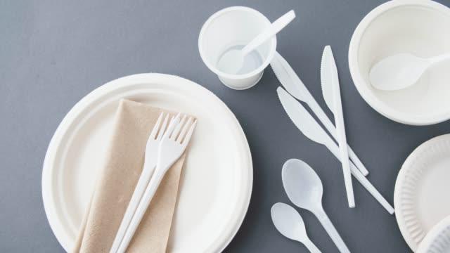 vidéos et rushes de plats en plastique jetables - fourchette