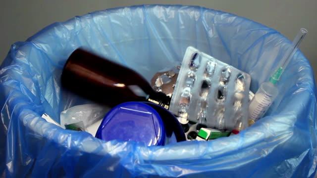 entsorgung leeren flaschen, medikamente, spritzen blase-pakete werden - familienplanung stock-videos und b-roll-filmmaterial