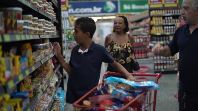 vídeos y material grabado en eventos de stock de diferencias en la tienda - snack aisle