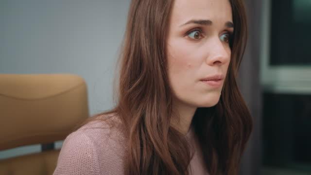 vidéos et rushes de femme insatisfaite sur écran d'ordinateur. gros plan du visage de femme bouleversée - femmes actives